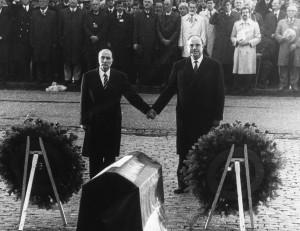 Helmut Kohl en François Mitterand staan hand in hand bij de herdenking van de slag bij Verdun op 22 september 1984