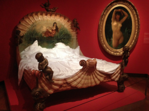 Onopgemaakt bed in tentoonstelling 'Lichte zeden', Van Gogh Museum Amsterdam, foto: JdW